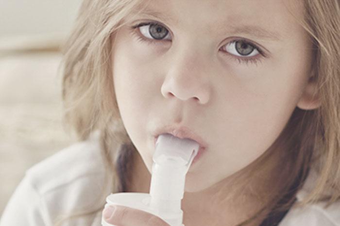Dziewczynka z inhalatorem