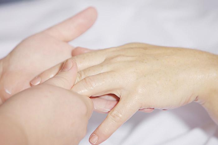 Zdjęcie przedstawiające nakremowane ręce