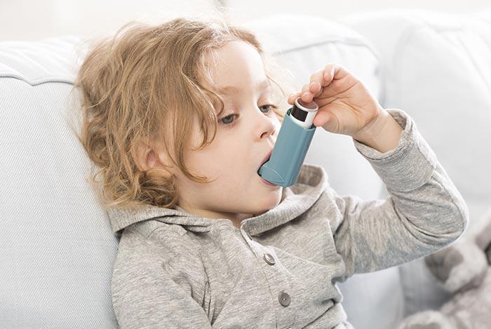 Zdjęcie przedstawiające dziecko z astmą